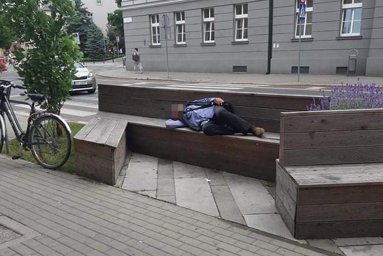 Mężczyzna spał na ławce przed Urzędem Miasta Rybnika. Mieszkaniec oburzony