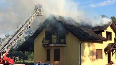 Mężczyzna wyskoczył z płonącego domu. To było podpalenie? (wideo)