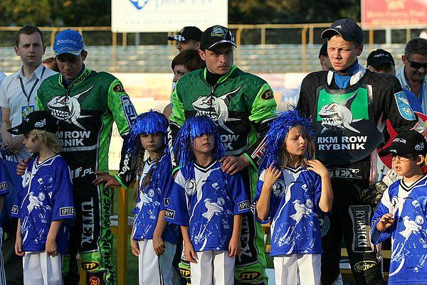 Andriej Karpov (w środku) kolejny sezon spędzi w Rybniku