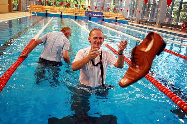 Nasi radni tuż po uroczystym otwarciu basenu w Boguszowicach w 2009 roku.
