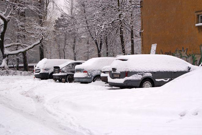 Uspokajamy: czeka nas atak zimy, ale odśnieżanie czap śniegu z samochodów póki co nam nie grozi