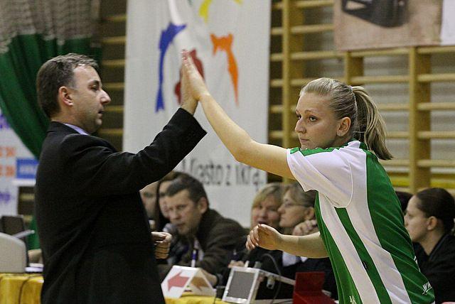 Trener Mirosław Orczyk stawia na młode zawodniczki. Na zdjęciu z Natalią Przekop.