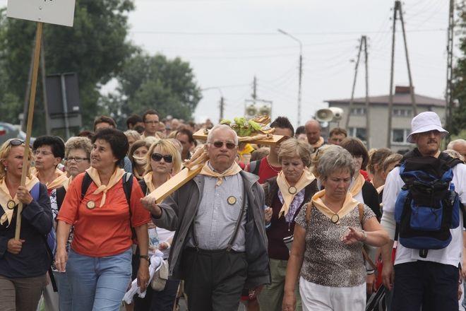 Pielgrzymi uczestniczący w 65. Pieszej Rybnickiej Pielgrzymce na Jasną Górę