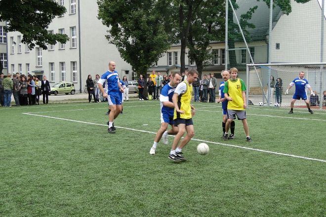 W pokazowym meczu nauczyciele z absolwentami pokonali uczniów 8:5.