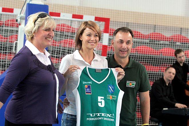 Z numerem 5. w tym sezonie zagra Aleksandra Semmler. Na zdjęciu razem z prezesem klubu Gabrielą Wistubą i trenerem Mirosławem Orczykiem.