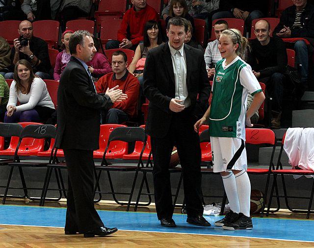 Magdalena Dudek z trenerami rybnickiej drużyny.