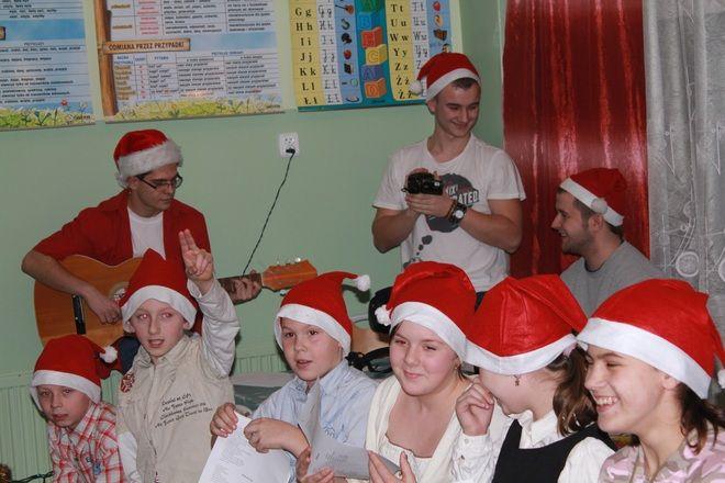 W Rybniku nie brakuje młodych ludzi, którzy chcą pomagać innym. Na zdjęciu wolontariusze podczas akcji ''Czapka św. Mikołaja''.