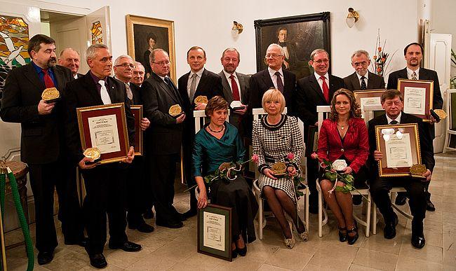 Pamiątkowe zdjęcie przedstawicieli firm obchodzących w tym roku jubileusze istnienia.