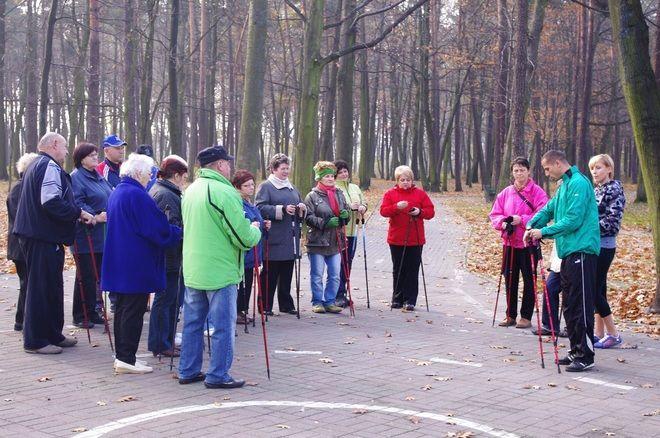 Seniorzy uczyli się zasad nordic walking od instruktora Sławomira Palucha