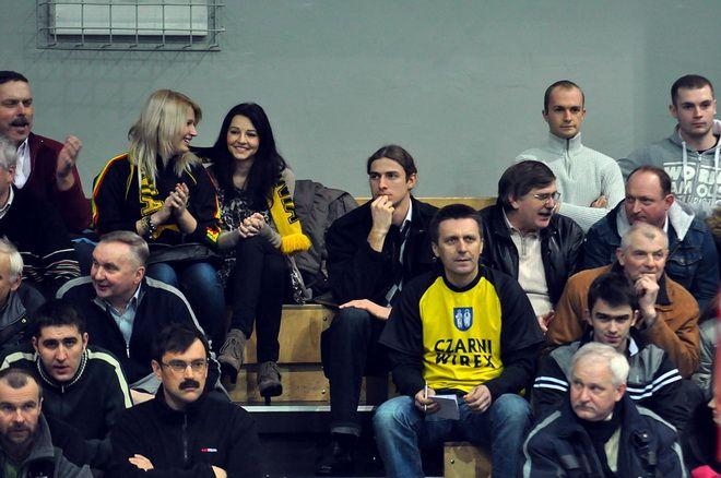 Swoim kolegom kibicował Mariusz Prudel (w środku) - Człowiek Roku Rybnik.com.pl w 2010 roku
