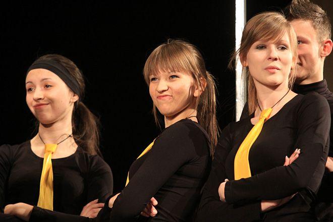 Teatr Tara-Bum podczas spektaklu pt. ''Pokolenie bez właściwości''