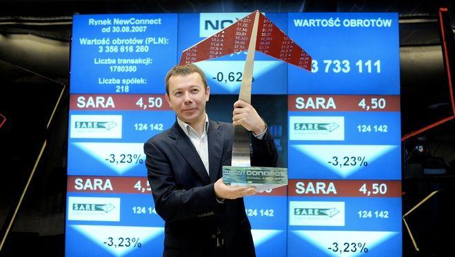 Prezes SARE Tomasz Pruszczyński ze statuetką parkietu NewConnect.