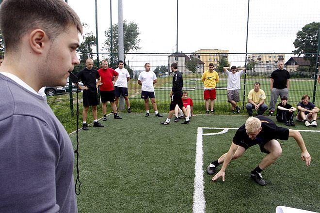 Zawodnicy musieli przejśc testy sprawnościowe i siłowe.