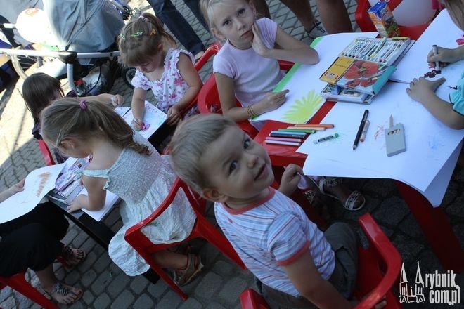 Najmłodsi słuchali bajek napisanych przez ich kolegów z gimnazjum.
