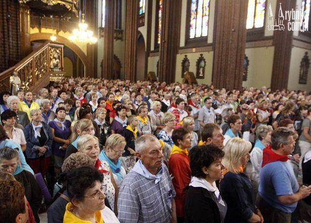 Pielgrzymi uczestniczący w  66. Pieszej Rybnickiej Pielgrzymce na Jasną Górę.
