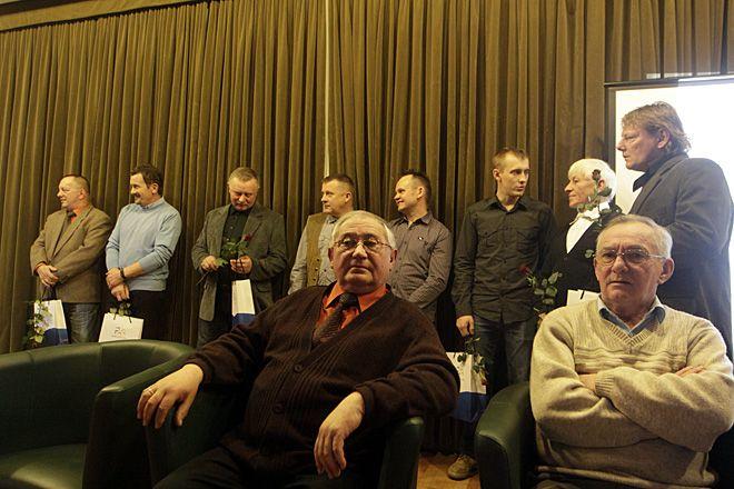 W rybnickiej bibliotece nie zabrakło sław żużla. Na zdjęciu m.in. Andrzej Wyglenda (pierwszy z prawej).