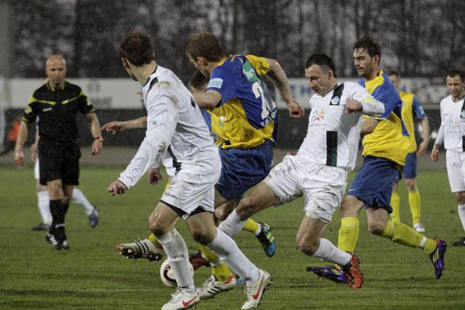 Piłkarze ROW-u walczyli z Elaną w trudnych warunkach. W drugiej połowie mocno padał deszcz