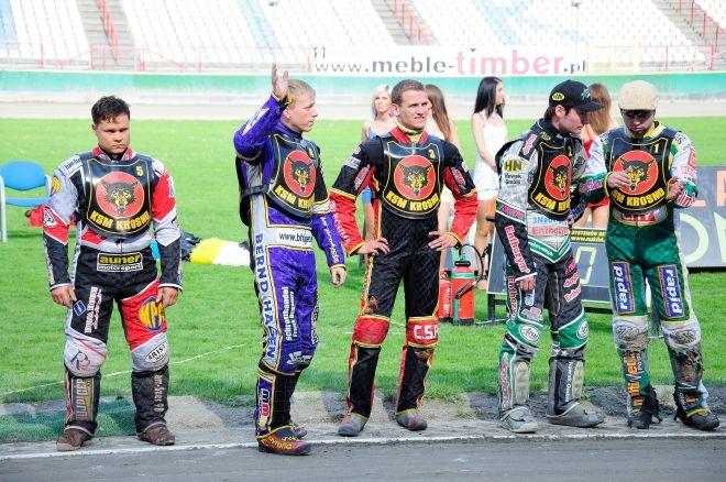 Adrian Szewczykowski (w środku) gościł w Rybniku 6 maja. Wtedy jeździł jeszcze dla drużyny z Krosna.