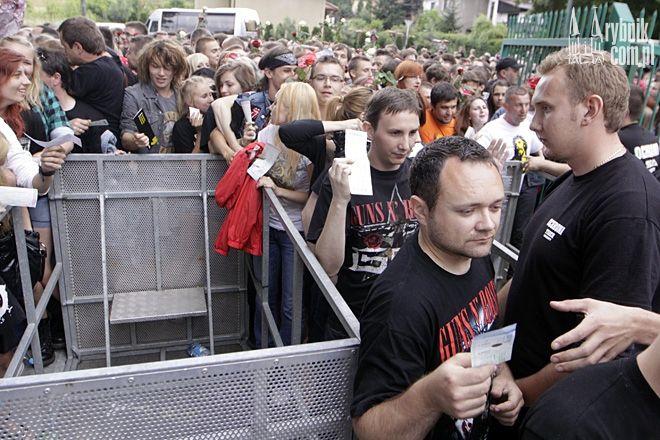 Tłumy przed koncertem Guns N' Roses