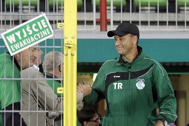 Trener Ryszard Wieczorek ma powody do radości. Prowadzona przez niego drużyna spędzi zimę w fotelu lidera II ligi.