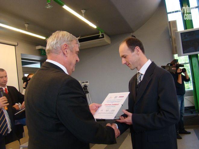 Arkadiusz Jagiełło odbiera z rąk prezydenta Rybnika Certyfikat Zaufania Podróżnych