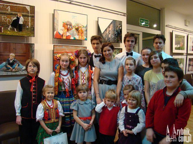Agnieszka Fałat w towarzystwie dzieci, które pozowały do zdjęć