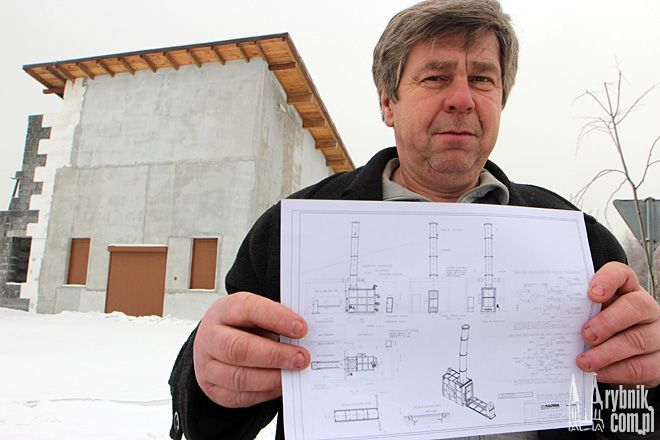 Adam Rosół pokazuje plan budowy krematorium