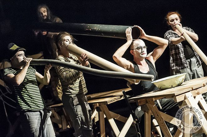 "Fragment spektaklu pt. ""Rurarze"" w wykonaniu Teatru Mariana Bednarka"