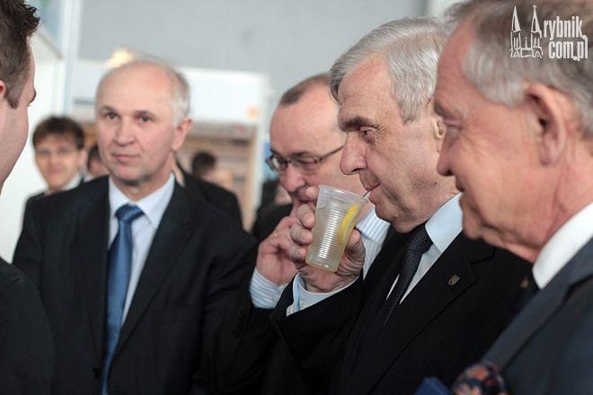 Prezydent podczas otwarcia Giełdy DOM częstował się napojami na bazie rybnickiej wody serwowanymi na stoisku PWiK