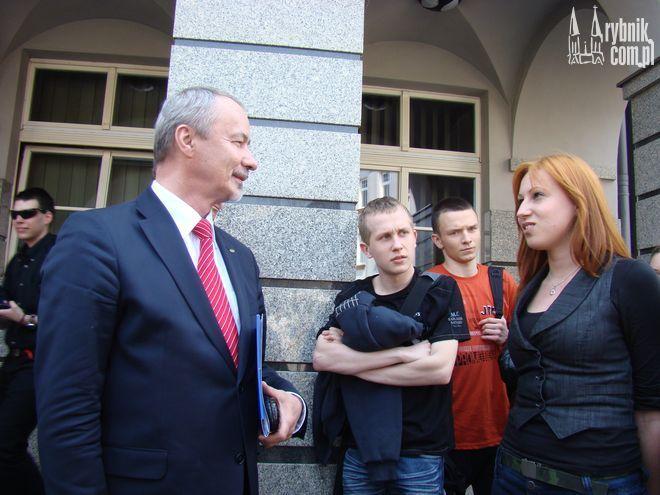 Zaniepokojeni przyszłością ośrodka studenci przywitali rektora przed magistratem