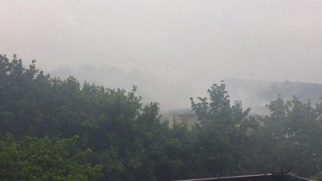 Dym unoszący się nad jednym z domów w Orzepowicach