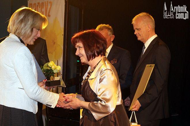 Nominację do nagrody Narcyz odbiera Elżbieta Piotrowska - szefowa stowarzyszenia Oligos
