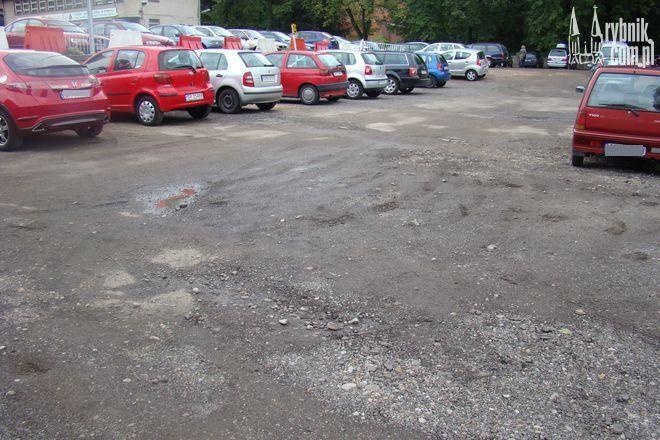Nierówna nawierzchnia na parkingu straszy już od dłuższego czasu