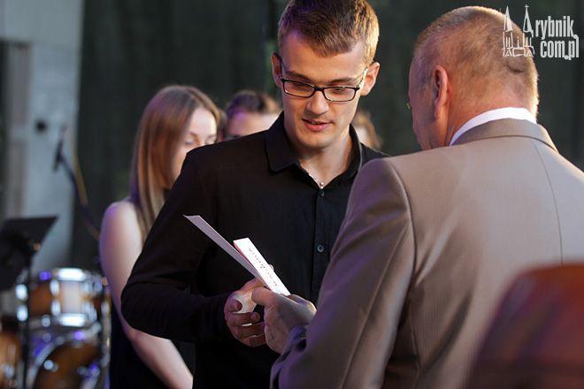 Wojciech Lichtański odbiera nagrodę z rąk dyrektora RCK - Adama Świerczyny