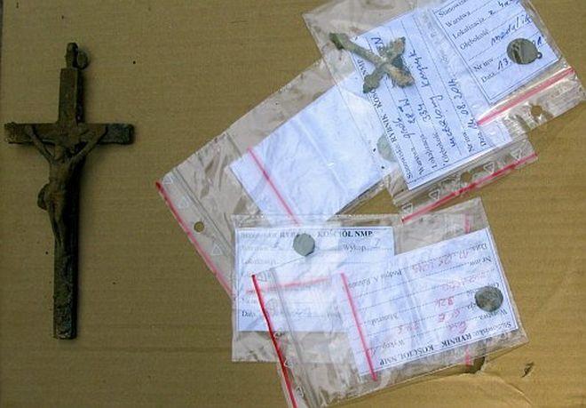 Archeolodzy odnaleźli artefakty m.in. krzyżyk i monety