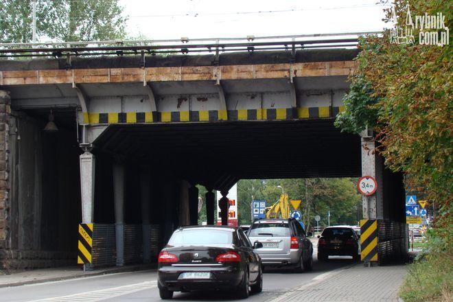 Przed samym wjazdem pod wiadukt jest ustawiony znak zakazu B-16 ''3,4m''