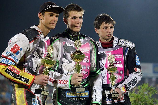 Ilja Czałow na najwyższym stopniu podium po wygraniu biegu pamięci Andrzeja Skulskiego podczas turnieju pamięci Ł. Romanka