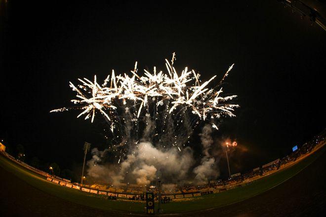 Fajerwerki nad Stadionem Miejskim podczas turnieju im. Romanka