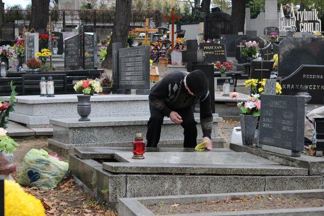Rybniczanie jeśli tylko mogą sami sprzątają groby najbliższych