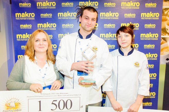 Zwycięski duet Karolina Węgrzyn i Karol Karpiak wraz z opiekunem, Katarzyną Solis