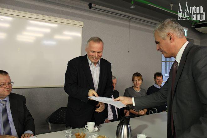 Roman Pinoczek przekazuje przedstawicielowi PZPS porozumienie dot. projektu