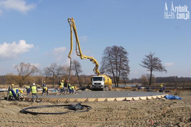 W czwartek robotnicy betonowali podłoże wodnego placu zabaw