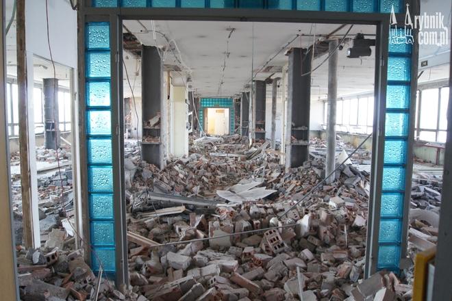 Codziennie z wnętrza budynku wywożone są dziesiątki ton gruzu
