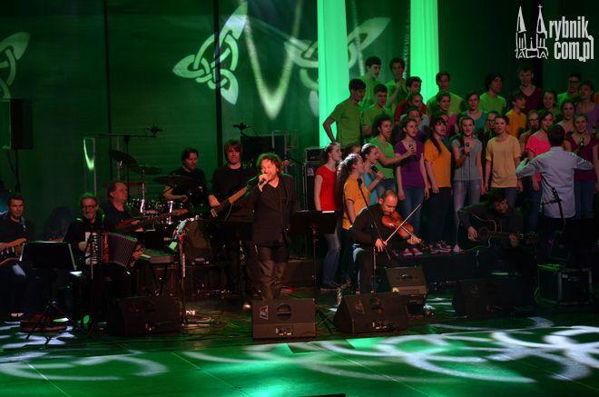 Jedną z gwiazd wieczoru był Mieczysław Szcześniak. Towarzyszył mu zespół Carrantuohill i chór Voce Segreto.