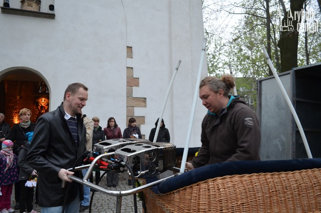 Adrian Kobus (z prawej strony) ma nadzieję, że tym razem pogoda pozwoli na start balonu