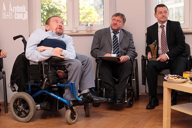 Wyróżnienie na ręce Piotra Masłowskiego przekazali posłowie: Marek Plura, Sławomir Piechota oraz Marek Krząkała