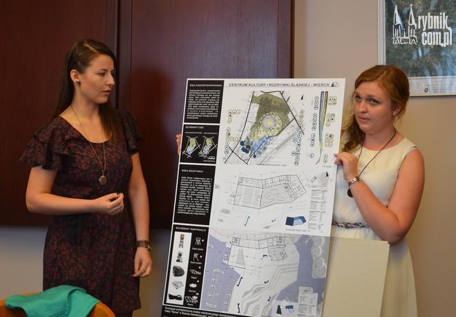 Natalia Ploch i Aleksandra Sobania prezentują swoją pracę