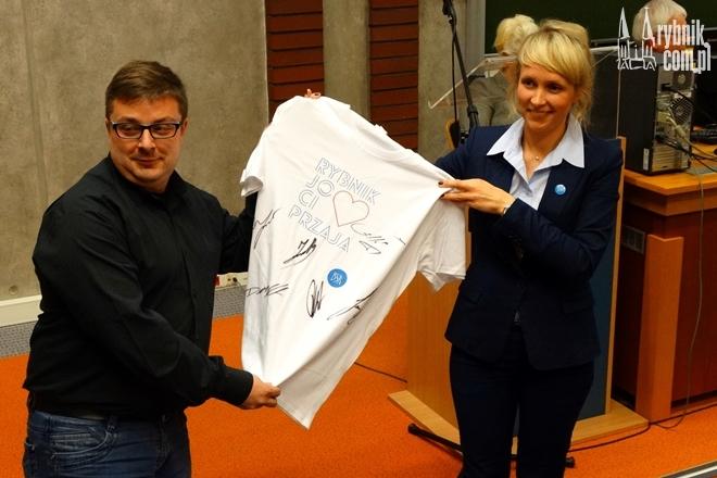 Na spotkaniu przekazano koszulkę z podpisami żużlowców. Trafi na licytację WOŚP