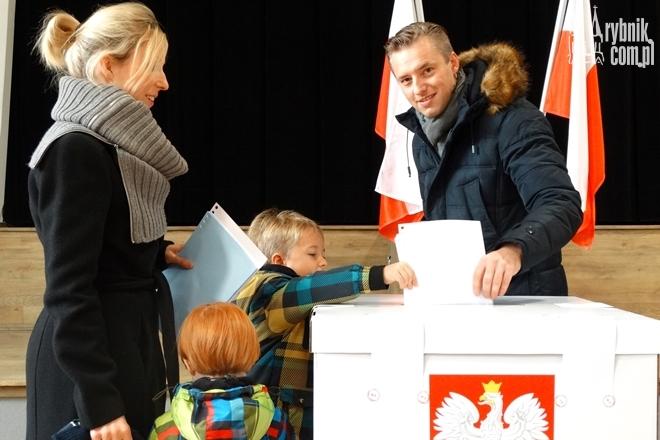 Mateusz Banaszkiewicz z rodziną głosował w lokalu wyborczym w Zespole Szkół nr 2.