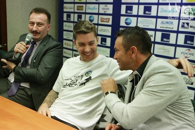 Prezes Krzysztof Mrozek, Troy Batchelor i Sebastian Ułamek podczas spotkania z kibicami